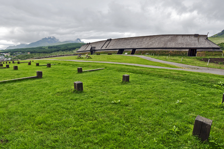 Reconstructed Vikings long house viewed from the archeological excavation area. Loftor museum in Lofoten archipelago. Nordland, Northern Norway. 報道画像