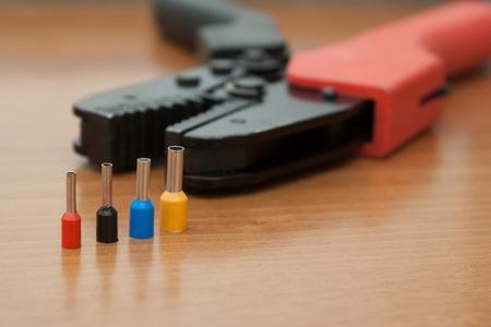 配線、プレス圧着ペンチ絶縁端子コネクタ用のインストール設定します。 写真素材