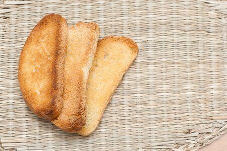 melba: Tres galletas se encuentran en una servilleta de mimbre.