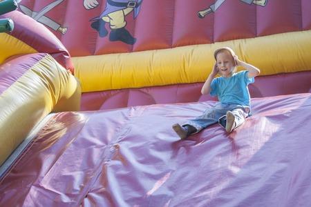 brincolin: Los niños juegan y montar camas elásticas que se infla con aire. Ciudad Cheboksary, Chuvash Republic, Rusia. 03182016 Editorial