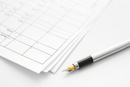 羽ペンはビジネス取引に近い。紙、数、テーブル。