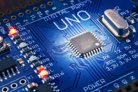 Rusland, Tsjeboksary, 16 September 2018. Close-up van een spaanplaat voor de ontwikkeling van elektronica arduino.