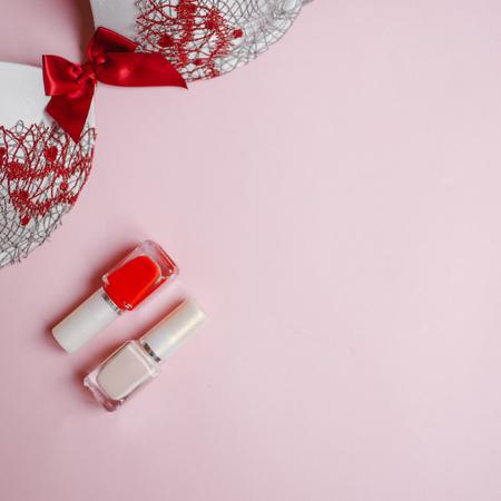 Damenwäsche auf dem rosa Hintergrund. Draufsichtaufnahme von modischer Damenunterwäsche und Nagellack