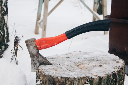 axe with handle stack in the chopped wood, winter Stockfoto