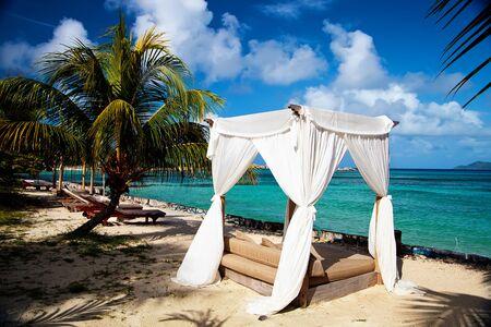 seychelles: 세이셸에서 신혼 부부를위한 로맨틱 sunlounger 스톡 사진