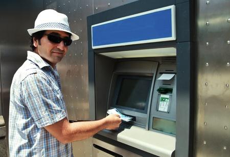 Tourist zur�ckzieht Euro aus Geldautomaten Lizenzfreie Bilder