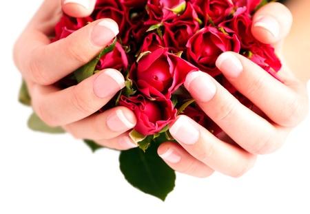 H�nde halten Strau� roter Rosen