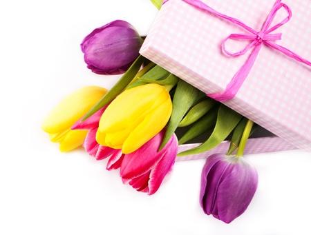 flores de cumpleaños: frescos tulipanes de colores en una caja de regalo de color rosa - Su fo Presente
