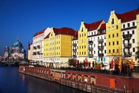 Alte H�user mit rotem Dach von Spree, Berliner Dom in Berlin