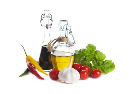 Italienische K�che - Oliven�l, Balsamico-Essig mit Kirschtomaten, Pfeffer und Basilikum