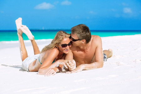 honeymooners: Felices reci�n casados ??disfrutando de sus vacaciones en Maldivas Foto de archivo