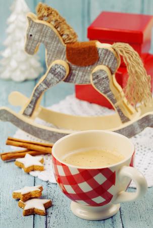 caballo bebe: Taza de la Navidad de capuchino con canela estrellas sobre un fondo de madera de estilo vintage