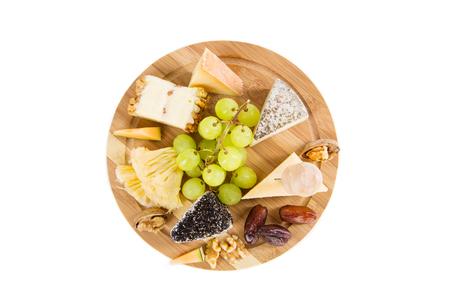 queso de cabra: Vista desde arriba en un plato de queso con uvas y frutos secos Foto de archivo