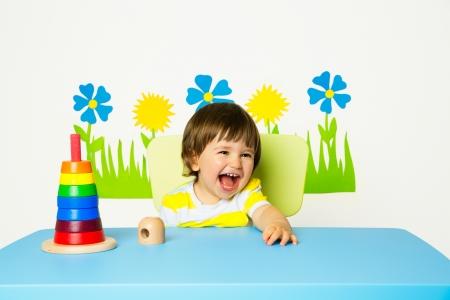 Portrait eines gl�cklichen fr�hlichen Baby im Kindergarten oder Spielgruppe Lizenzfreie Bilder