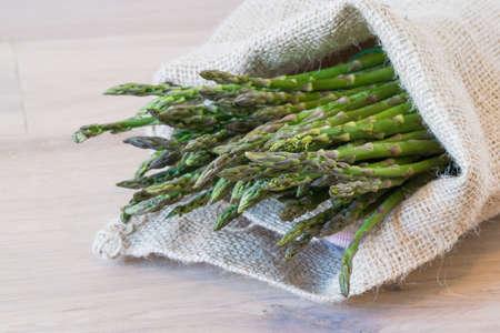 sacco juta: Mazzo di asparagi in un sacco di iuta Archivio Fotografico