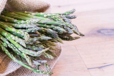jute sack: Mazzo di asparagi in un sacco di iuta Archivio Fotografico