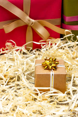 一个用牛皮纸包裹的小礼物,用白丝带系着。恭喜你所爱的人。