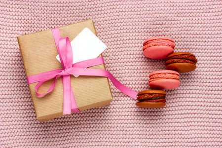 用粉色丝带系的礼盒。给爱人的礼物。法国的蛋白杏仁饼干饼干。