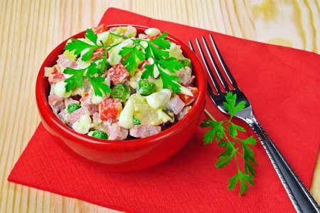 Frisches Salat mit Gemüse und Wurst