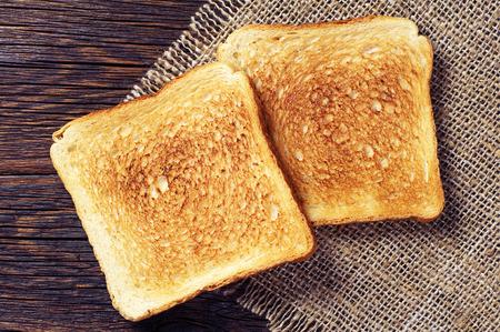 Twee toast brood op houten achtergrond close-up. bovenaanzicht