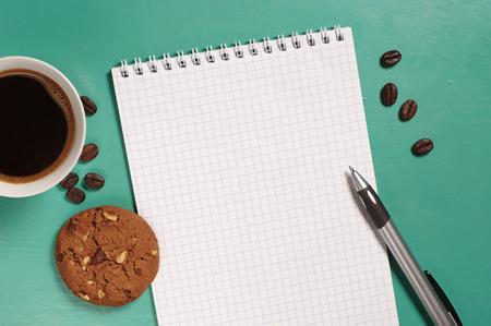 papier a lettre: Caf� avec biscuits et ouvert bloc-notes sur le bureau d'en haut