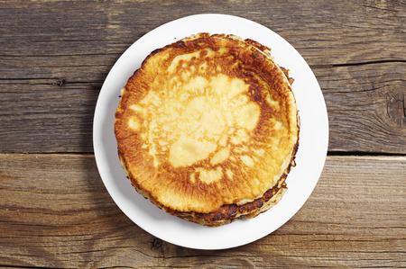素朴な木製のテーブル、上面のプレートで焼きパンケーキ