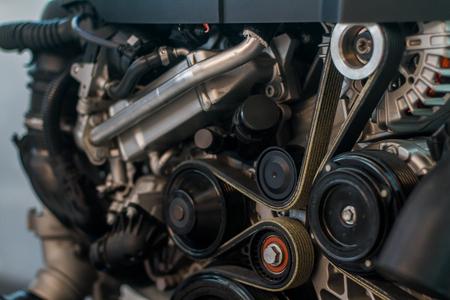 Motor de coche moderno de aspecto limpio con correas de distribución y serpentinas