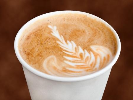 cappuccino: Cappuccino dans une tasse � emporter Banque d'images