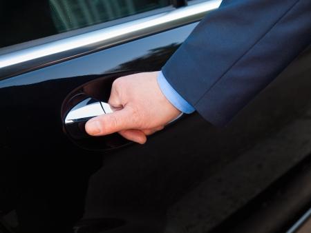 chofer: Chofer s apertura a la puerta del pasajero