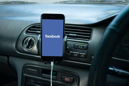 バンコク、タイ - 2015 年 10 月 30 日: スマート フォンは、その画面上のソーシャル メディアを一般的な車のダッシュ ボードに搭載。 報道画像