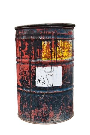 Vieux baril de pétrole rouillé avec autocollant blanc sur fond blanc isolé