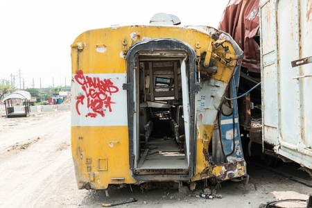 Une épave de train de voyageurs de la gare cour sur une journée ensoleillée Banque d'images