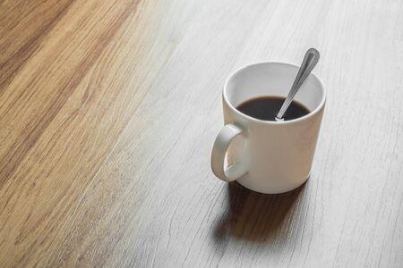 taza cafe: Taza de caf� negro sobre fondo de madera