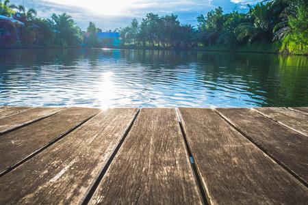 日光の影響で湖にアンティークの木製の桟橋 写真素材