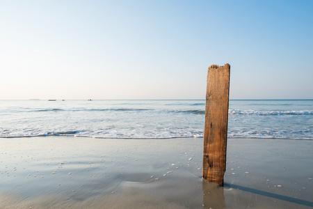 vacaciones en la playa: palo de la placa de madera en la arena en la playa