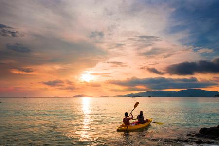 カップル日没休日休暇夏時間のカヤック、デート、ロマンチックなロマンチックなビンテージ トーン