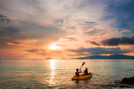 Couple kayaking in sunset, holiday vacation summer times, dating, romantic, romantic, vintage tone Foto de archivo