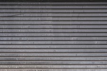 lineas horizontales: Antigua puerta de garaje de acero textura despojado, líneas horizontales Foto de archivo