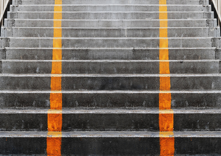 lineas verticales: Abstract concrete stairs with yellow diving vertical lines