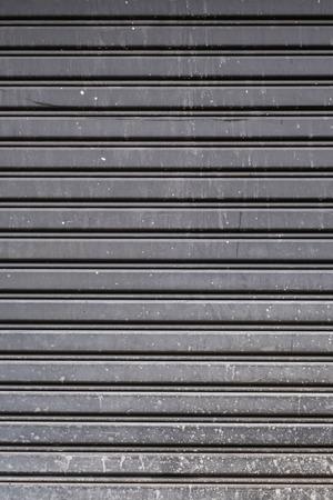lineas horizontales: Antigua puerta de garaje de acero textura despojado, l�neas horizontales Foto de archivo