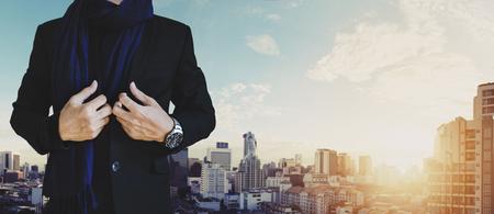 El hombre de negocios en traje casual con vista del paisaje urbano en el fondo del amanecer Foto de archivo - 62648372