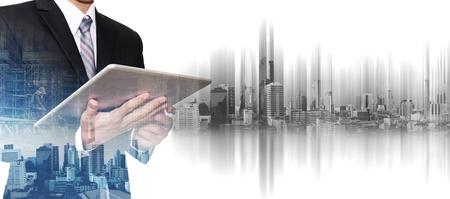 Uomo d'affari che lavora al ridurre in pani digitale con la città di Bangkok di doppia esposizione, concetti di sviluppo di affari del bene immobile Archivio Fotografico - 74172840