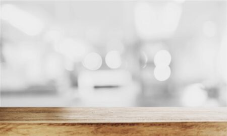 ボケ味を持つ木製のテーブル トップ、背景をデフォーカスします。