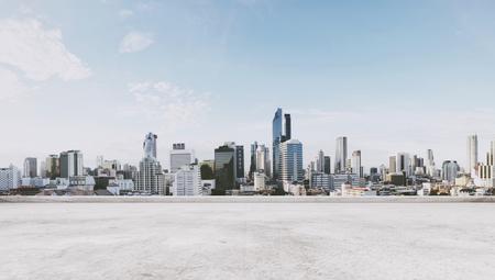 Panoramisch uitzicht op de stad met lege betonnen vloer Stockfoto