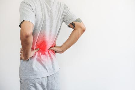 mężczyzna dotykający jego pleców, z czerwonym pasemkiem. Ból pleców, ból pleców i talii, na białym tle z miejsca na kopię