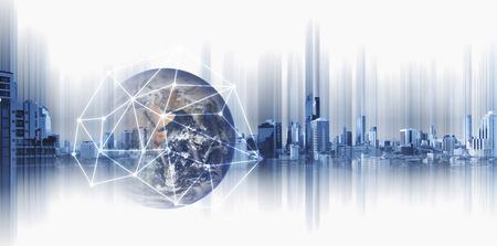 Negócio global e trabalhos em rede, globo da exposição dobro com linhas da conexão de rede e construções modernas, no fundo branco.