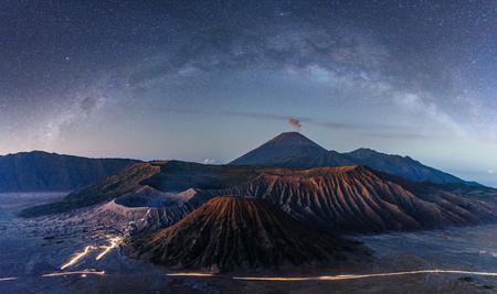 Mont Bromo volcanique de nuit avec ciel étoilé et voie lactée en Indonésie Banque d'images