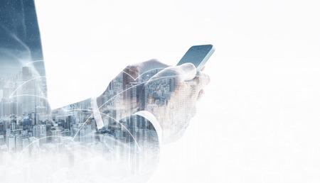 Empresario de doble exposición mediante teléfono inteligente móvil y tecnología de conexión de red en la ciudad. Red empresarial, tecnología blockchain y conexión a internet