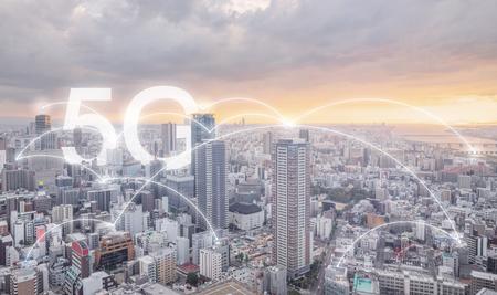 Redes de Internet 5G en la ciudad amanecer, paisaje urbano y enlaces de conexiones Foto de archivo