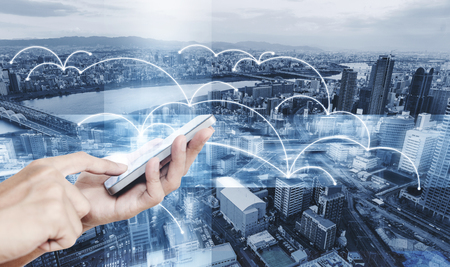 Tecnologia intelligente, Internet 5G e connessione di rete. Mano utilizzando lo smartphone mobile con la grafica della tecnologia di rete